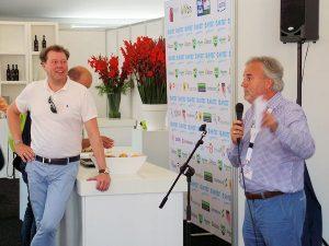 Bram (r) geeft zijn visie op de marketing van de 4-Daagse. Robert Visser van Albron (l) geniet van het enthousiasme