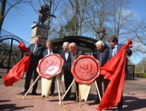80 jaar Duinrell. v.l.n.r. Roderick van Zuylen (Duinrell), Erik Ziengs (VVD), Kees van Wijk (Gastvrij Nederland), burgemeester Jan Hoekema (Wassenaar), Graaf Hugo en zoon Philip van Zuylen van Nijevelt.