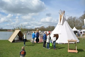 nieuwe tentvormen tijdens de ANWB lentedagen. Opvallend veel jonge gezinnen bezochten dit buitenfestival.
