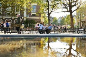 Bezoekers genieten van het nieuwe en vrij toegankelijke Artisplein. Foto Artis, Maarten van der Wal