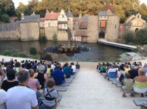 Bij Les Chevaliers de la Table doemt de ronde tafel op uit het water