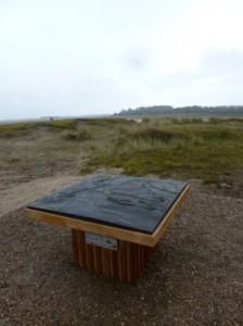 een tafel in het natuurgebied met daarop een grafure van de omgeving