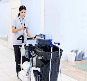 Schoonmaakster krijgt informatie via haar smartphone
