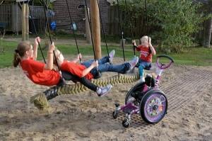 """""""dilemma tussen veiligheid (zandondergrond) en toegankelijkheid (aanrijroute voor de rolstoel)"""""""