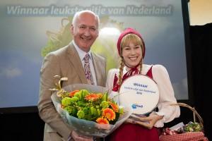 Roodkapje neemt de prijs in ontvangst namens de Efteling, uit handen van Guido van Woerkom. (foto Bart Hautvast)