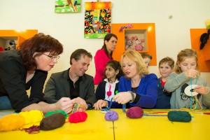 Minister van OCW Jet Bussemaker in het Tilburgse Textielmuseum. Zij deed mee aan een workshop Koordvlechten. (foto: Erik van der Burgt )