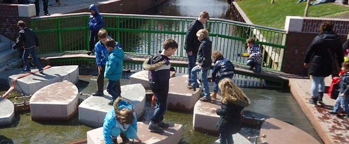 Speelplaats Waterinlaat in het centrum van Zaandam. Aan het begin van deze nieuwe gracht komt het water van de Zaan de gracht binnen. Deze speelplek geeft aanleiding tot spelen, verblijven en ontmoeten.