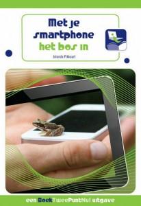 boek smartphone in het bos