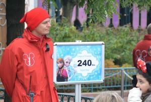 Overvallen door succes. Het park is niet blij met de lange wachttijden, maar wel met het enorme succes van de film Frozen.