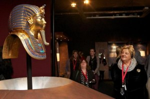 Erica Terpstra kijkt aandachtig naar het dodenmasker van Toetanchamon. Foto: Ernst van Deursen.