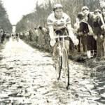 Hennie Kuiper op de bekendste kasseienstrook van de voorjaarsklassieker Parijs-Roubaix, het bos van Wallers-Arenberg (1983). Hij zou nog vallen, maar deze editie ook winnen (foto: Cor Vos).