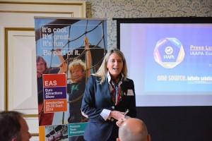 Karen Staley, directeur IAAPA Europa, geeft een presentatie over de rol van de IAAPA