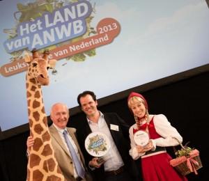 v.l.n.r. Guido van Woerkom (ANWB), Rob Huppertz (Gaia Zoo) en Roodkapje (Efteling)