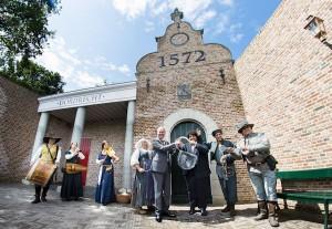 Burgemeester Arno Brok van Dordrecht verrichtte samen met de (loco)Burgemeester van Madurodam de opening  Foto: Frank van Beek