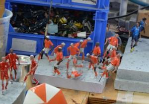 Het Nederlands (miniatuur) elftal staat al klaar. Sommigen wachten nog op een kleurspoeling van de Madurodam kapper.