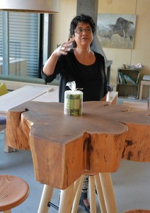 Manuele legt bevlogen uit dat zelfs de meubels in eigen huis, en met materialen uit de bossen, worden ontworpen.