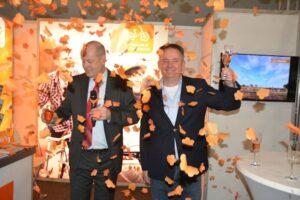 Richardde Bruin (r) - Meimaand Fietsmaand en Jan Jacob van Dijk (l) - gedeputeerde provincie Gelderland