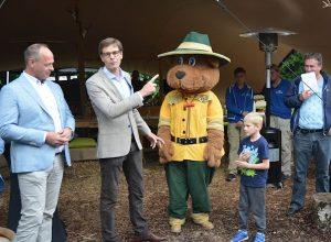 Klaas Odink (l) en Thomas Heerkens (tweede van links) openen het boomhuis