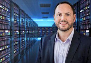 Thierry Bedos in de serverruimte van het datacenter van hotels.com