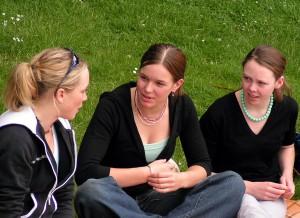 Géén trend, maar van alle tijden; tieners hechten veel waarde aan contacten met elkaar. Social media is daarvoor slechts een handig hulpmiddel.