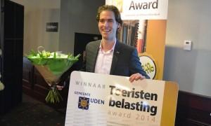 Wethouder Thijs Vonk neemt de prijs in ontvangst