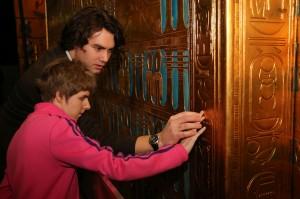 Egyptoloog Janko Duinker pakt een scholiere van VSO Bartiméus bij de hand om samen de hiërogliefen op de graftombe van Toetanchamon te lezen. Foto: Carolien Sikkenk