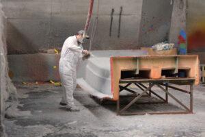 Het aanbrengen van de glasvezel en de hars op de mal is compleet handwerk. Bij andere bedrijven gebeurt dit ook wel met machines. Dit is echt specialistenwerk.