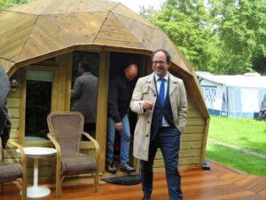 Wouter Koolmees op werkbezoek op camping Delftse Hout