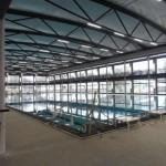 Zwembad met indoor- en outdooroptie dankzij demontabel dak en schuifpuien